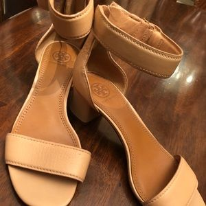 Shell nude tana sandals